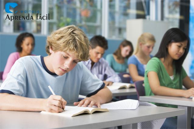 Estudantes fazendo prova
