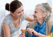 Cuidar de idoso não é só cumprir tarefa; é preciso dar carinho e escuta