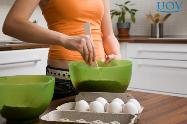 Mulher preparando bolo