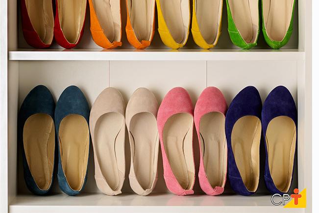 Sapatos coloridos organizados