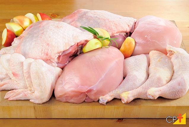 O sal de cura é adicionado a carnes in natura para a produção de embutidos ou produtos curados. Foto: carnes in natura.