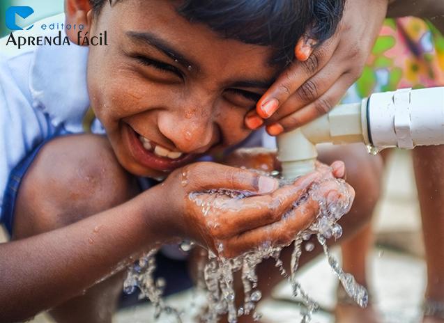 Menino bebendo água na torneira