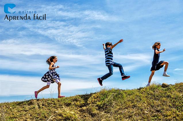 Crianças brincando no campo