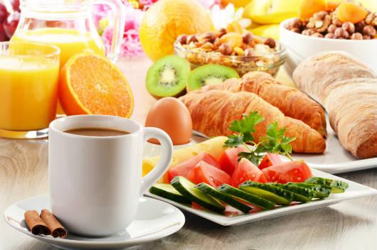 Tomar café da manhã diariamente traz inúmeros benefícios