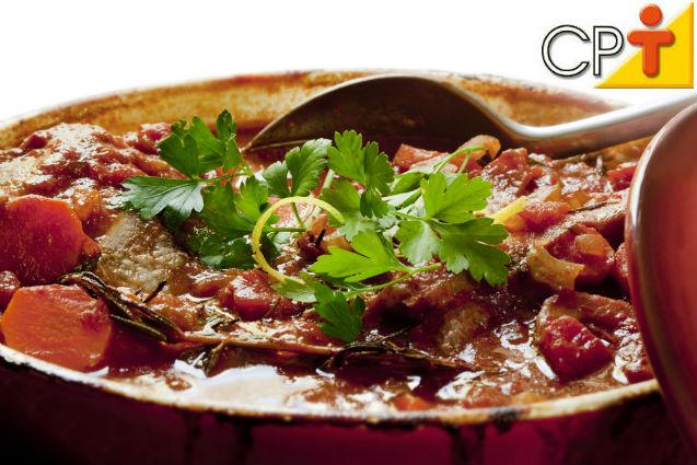 Picadinho de carne com batata e cenoura: aprenda fazer   Receitas Cursos CPT