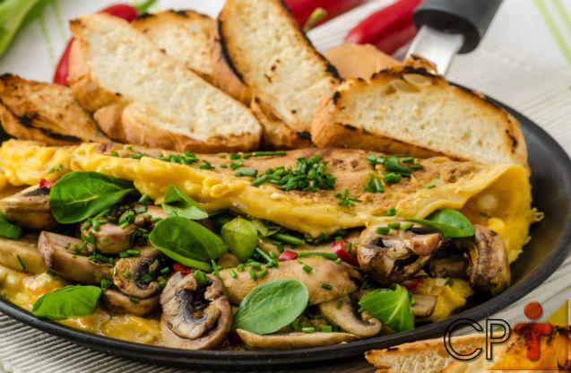 Omelete de alho poró e cogumelo shitake: aprenda fazer   Receitas Cursos CPT