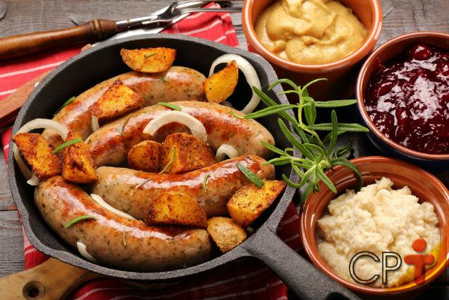 Linguiça ao forno com batatas - aprenda a fazer   Receitas Cursos CPT