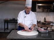 O churrasqueiro determina a quantidade de carne que será  descongelada, visando atender à demanda do dia seguinte.