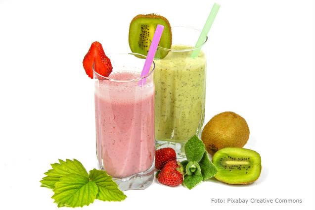 Aprenda a fazer duas vitaminas de coalhada com frutas