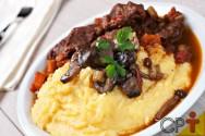 Polenta mole com queijo, carnes e bacon: aprenda fazer