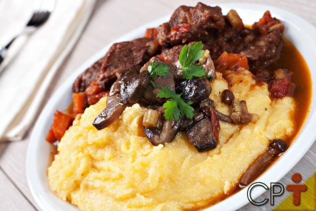 Polenta mole com queijo, carnes e bacon: aprenda fazer   Receitas Cursos CPT