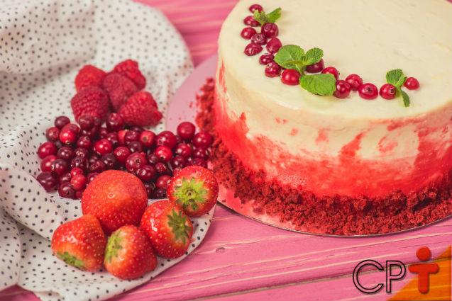 Bolo Gelado de Frutas Vermelhas: aprenda fazer   Receitas Cursos CPT