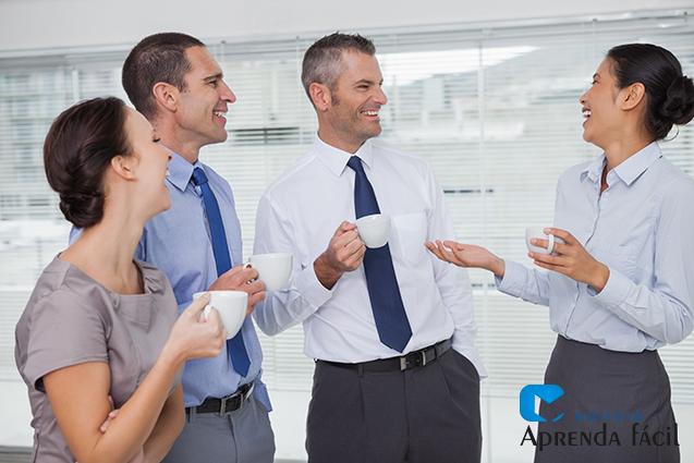 Conversa entre funcionários