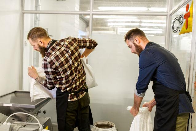 Antes de iniciar a fabricação da cerveja, separe e pese os ingredientes   Dicas Cursos CPT