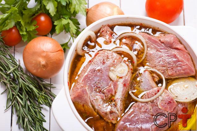 Marinar carnes: você sabe o que é e como fazer?   Artigos Cursos CPT