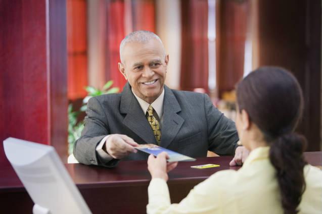 Recepcionista: como fazer check-in e check-out em hotéis
