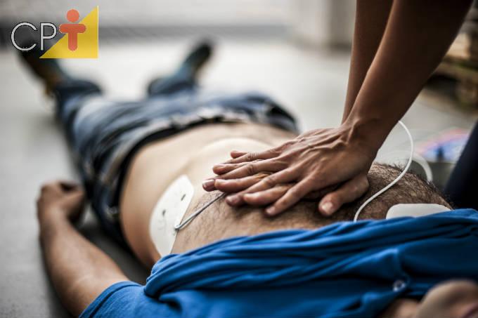Primeiros socorros: o que fazer em caso de parada cardíaca