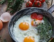 Gemas bem alaranjadas? Dê urucum às galinhas!