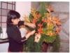 Florista usa cores e flores para preparar belos arranjos