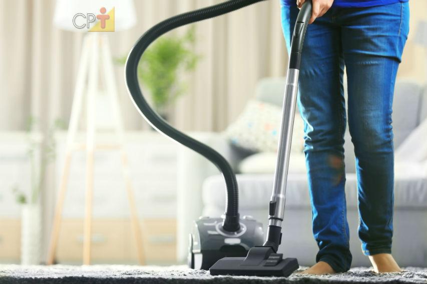 Pisos com tapetes e carpetes? 7 dicas para limpar!   Artigos Cursos CPT