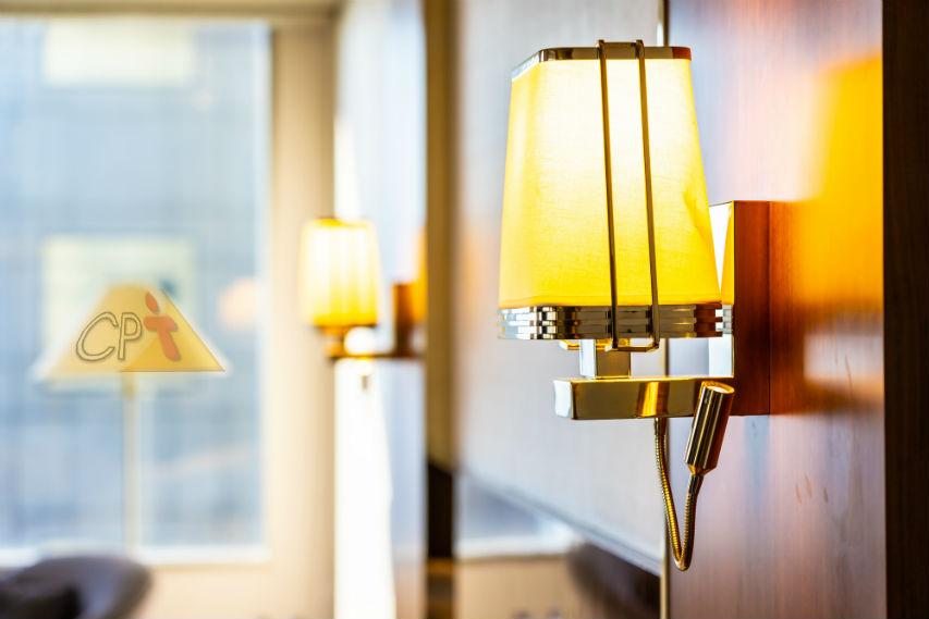 Vai trabalhar em hotel? Cuidado ao limpar as luminárias!   Dicas Cursos CPT