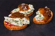 Canapés de ricota com cebola caramelizada: aprenda a fazer