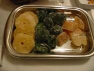 As frutas, geralmente, são cortadas em fatias, metades, rodelas, tiras ou cubos, dependendo do tamanho.