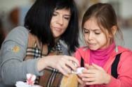 Em casa com os filhos? Faça fantoches de espuma e brinque com eles!