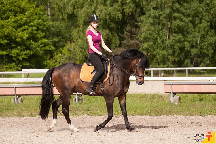 Mulher montando cavalo - imagem ilustrativa