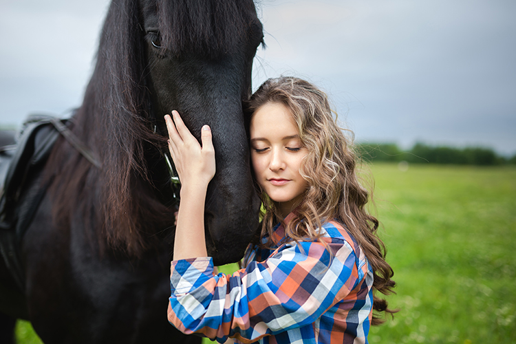 Mulher e cavalo - imagem ilustrativa