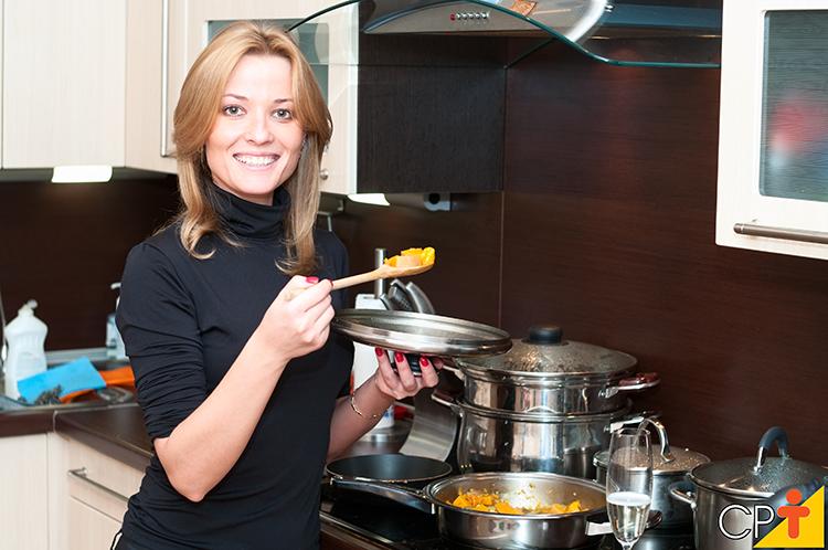 Mulher cozinhando - imagem ilustrativa