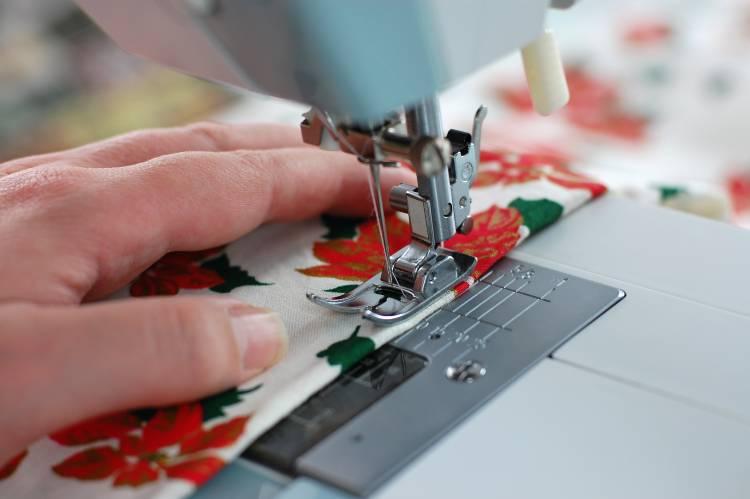 Máquinas de corte e costura para fabricar biquínis