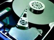 Deve-se realizar a manutenção periódica com programas de desfragmentação e manutenção do HD.