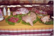 Há também os frutos da criação integrada de suínos, galinha caipira e produção de leite.