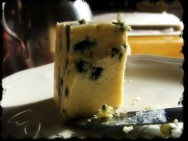 O gorgonzola é consumido acompanhado de vinho tinto.
