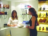O bom atendente de loja deve ter qualidades que levem o consumidor a efetuar uma compra.