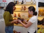 Um atende de loja deve procurar manter um bom relacionamento com os clientes.