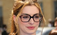 É possível combinar óculos e maquiagem
