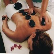 Entenda como é feita a terapia das pedras quentes