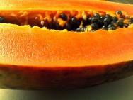Alimentos como o mamão, por exemplo, são aliados interessantes na melhora dos casos de acne