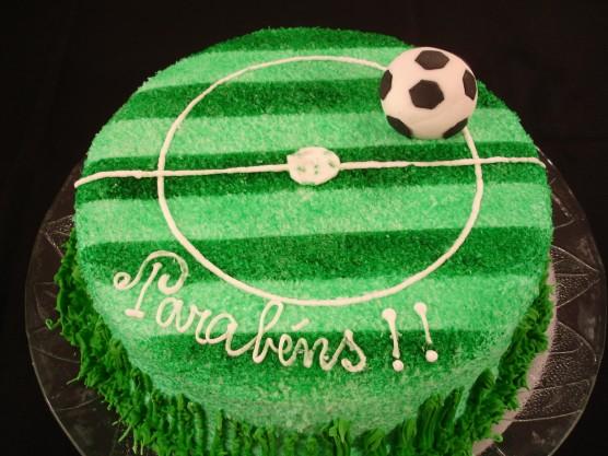 Saiba como fazer um bolo decorado de campo de futebol  c8941b1740ca3