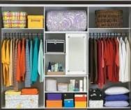 A organização por cores ajuda a localizar as roupas mais rapidamente.