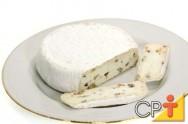 O Camembert é um queijo francês macio e cremoso. Seu nome vem da vila de Camembert.