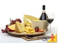 O queijo surgiu entre os rios Tigres e Eufrates no Iraque, entre os anos de 7.000 e 8.000 AC.