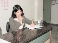 A recepcionista deve comunicar-se de maneira límpida, fácil de se compreender