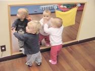 Nessa fase,  a criança deve familiarizar-se com a imagem do próprio corpo