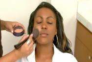 Use a base na tonalidade mais avermelhada para não deixar a pele acinzentada