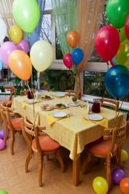 Você pode decorar a festa com balões, cenários, flores e arranjos e as mesas podem ser enfeitadas  com diversos temas que as crianças adoram