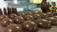Produção de ovos de chocolate para a páscoa