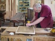 O marceneiro confecciona e repara móveis e peças de madeira, guiado por projetos, com paciência e habilidade.
